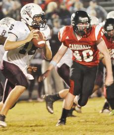 """<div class=""""source"""">Bobby Brockman</div><div class=""""image-desc"""">Cody Bast (40) tries to figure out of if Marion County quarterback Hayden Taylor (16) is going to keep or pitch the pigskin. </div><div class=""""buy-pic""""><a href=""""/photo_select/40484"""">Buy this photo</a></div>"""