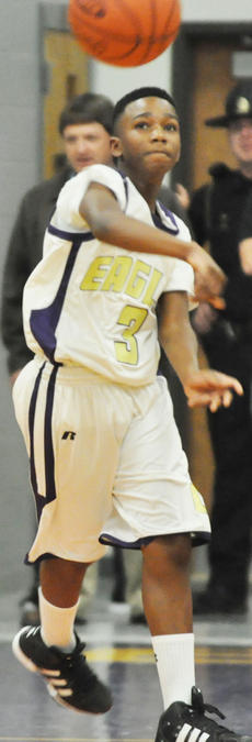 "<div class=""source"">Bobby Brockman</div><div class=""image-desc"">Tavon Hunter throws a length-of-the-court pass for the Eagle eighth graders</div><div class=""buy-pic""><a href=""http://web2.lcni5.com/cgi-bin/c2newbuyphoto.cgi?pub=085&orig=DSC_0082_0.jpg"" target=""_new"">Buy this photo</a></div>"