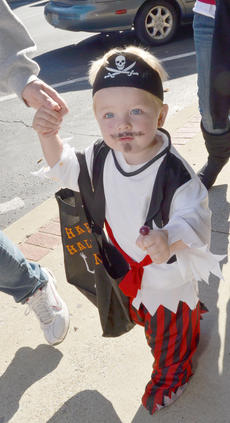 """<div class=""""source"""">Calen McKinney</div><div class=""""image-desc"""">Kole Garrett, 2, walks to his next trick-or-treat stop with sucker in hand.</div><div class=""""buy-pic""""><a href=""""/photo_select/41074"""">Buy this photo</a></div>"""