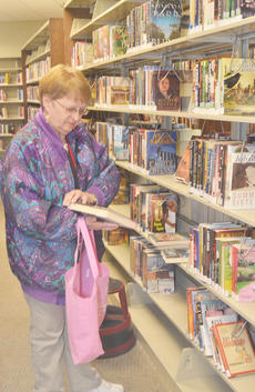 """<div class=""""source"""">Calen McKinney</div><div class=""""image-desc"""">Margie Leach of Campbellsville searches for books to check out at the library last Wednesday. The new Taylor County Public Library officially opened its doors to the public last Wednesday.</div><div class=""""buy-pic""""><a href=""""/photo_select/43330"""">Buy this photo</a></div>"""