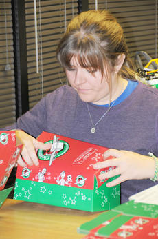 "<div class=""source"">YE WEI ""VICKY""</div><div class=""image-desc"">Katie Johnson, a Campbellsville University senior from Leitchfield, puts together an Operation Christmas Child box with CU's Residence Life staff last week. </div><div class=""buy-pic""></div>"