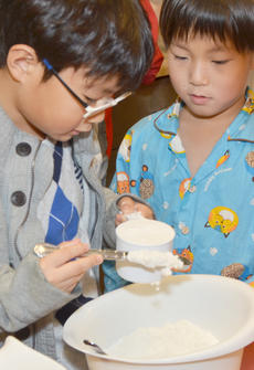 """<div class=""""source"""">Calen McKinney</div><div class=""""image-desc"""">Jonghyuk Lee of Campbellsville, at left, and Yoonbin Nam of Campbellsville work together to make a homemade pie crust.</div><div class=""""buy-pic""""><a href=""""/photo_select/49176"""">Buy this photo</a></div>"""