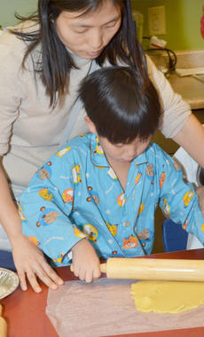 """<div class=""""source"""">Calen McKinney</div><div class=""""image-desc"""">Kaeyoung Park of Campbellsville helps her son, Yoonbin Nam, roll out dough to make a homemade pie crust.</div><div class=""""buy-pic""""><a href=""""/photo_select/49177"""">Buy this photo</a></div>"""