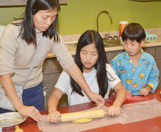 """<div class=""""source"""">Calen McKinney</div><div class=""""image-desc"""">Kaeyoung Park of Campbellsville helps her children Yoonseo Nam, center, and Yoonbin Nam roll their dough to make a homemade pie crust.</div><div class=""""buy-pic""""><a href=""""/photo_select/49179"""">Buy this photo</a></div>"""