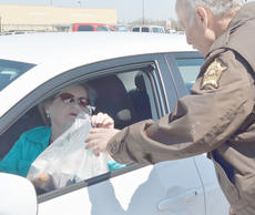 "<div class=""source"">Calen McKinney</div><div class=""image-desc"">Doris Hunt of Campbellsville gives Tom Finck, a school resource officer with the sheriff's office, a bag of her old medications.</div><div class=""buy-pic""><a href=""/photo_select/51339"">Buy this photo</a></div>"