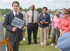 """<div class=""""source"""">Calen McKinney</div><div class=""""image-desc"""">Samuel Kessler portrays the late Robert Emmet Puryear, who was an attorney and judge in Campbellsville.</div><div class=""""buy-pic""""><a href=""""http://web2.lcni5.com/cgi-bin/c2newbuyphoto.cgi?pub=085&orig=ghost_tour_4.jpg"""" target=""""_new"""">Buy this photo</a></div>"""