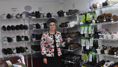 """<div class=""""source"""">Leslie Moore</div><div class=""""image-desc"""">Teresa Lynne Aldridge, owner of American Mobility Products, Inc., shows her large selection of diabetic shoes that offer style without sacrificing comfort.</div><div class=""""buy-pic""""><a href=""""/photo_select/47771"""">Buy this photo</a></div>"""
