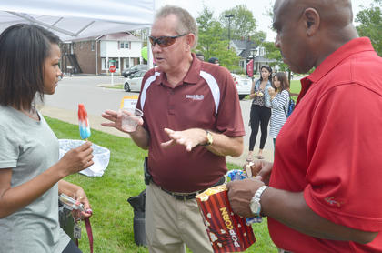 Dr. Frank Cheatham, vice president for academic affairs, talks with freshman Kristen Galbreath of Nashville, Tenn., and her father, Kirk, at an ice cream social on Saturday.