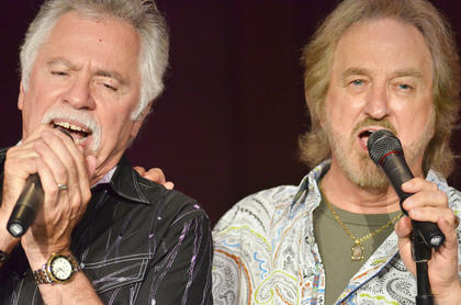 Joe Bonsall and Duane Allen sing to the crowd.