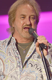 Duane Allen sings to the crowd.