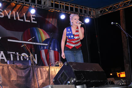 Allie Seaborne entertains the audience while the judges tally the scores to determine a winner.