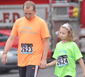 Brian Blakeman holds his daughter Tina's hand before the race gets under way.